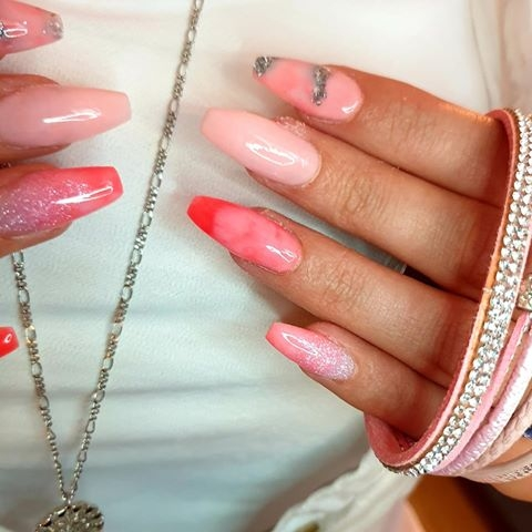 Kate Tyler, negledesign og foto. Designen er miks av disse Dipcrylic-fargene: Sparkling Chrome Mix, Sugar Pink, Teen Heart Throb, Coral og Just Peachy.